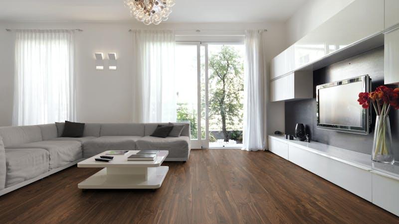 Laminat Kronotex Exquisit Nussbaum Toskana Produktbild Wohnzimmer - Urban mit Wohnwand zoom