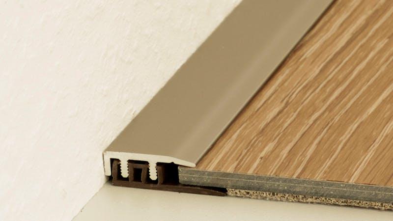 Abschlussprofil - Edelstahl matt - 21 mm x 270 cm Produktbild Schlafzimmer - Urban zoom