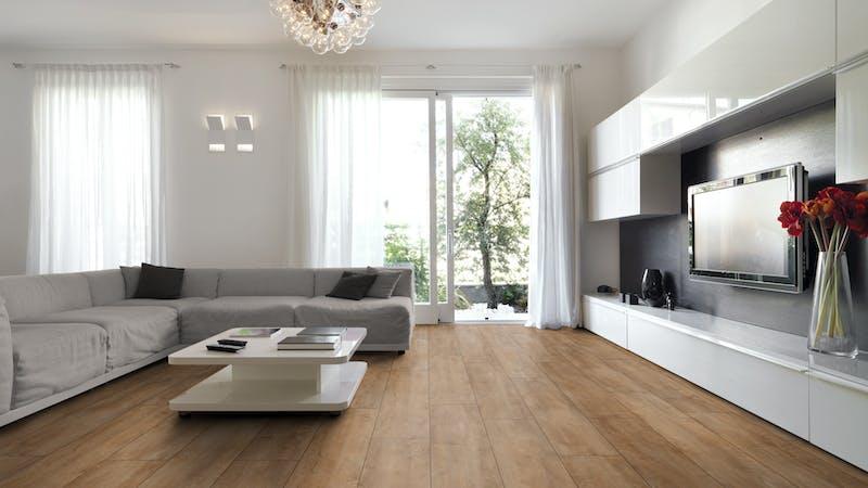 Laminat BoDomo Premium Eiche Orient Natur Produktbild Wohnzimmer - Urban mit Wohnwand zoom
