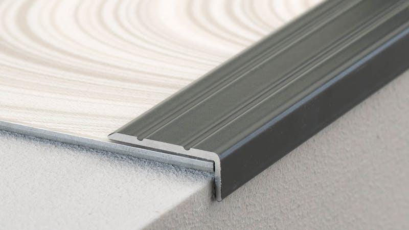 Winkelprofil selbstklebend - Silber - 24,5 mm x 10 mm x 100 cm Produktbild Schlafzimmer - Urban zoom
