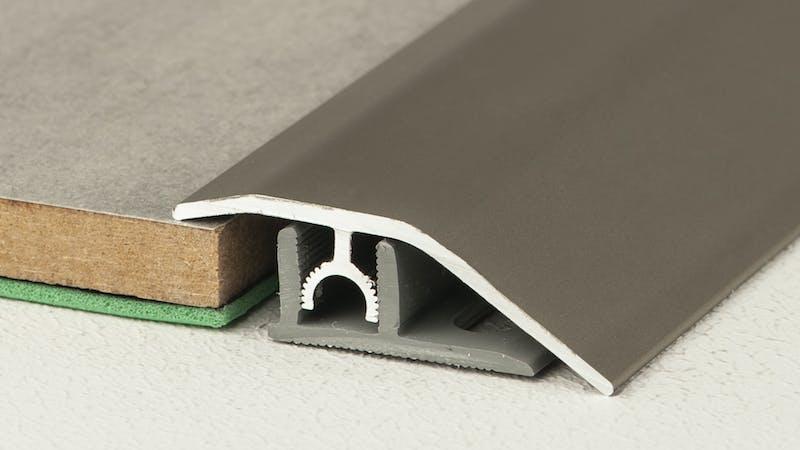 Anpassungsprofil - Edelstahl gebürstet - 44 mm x 270 cm Produktbild Schlafzimmer - Urban zoom