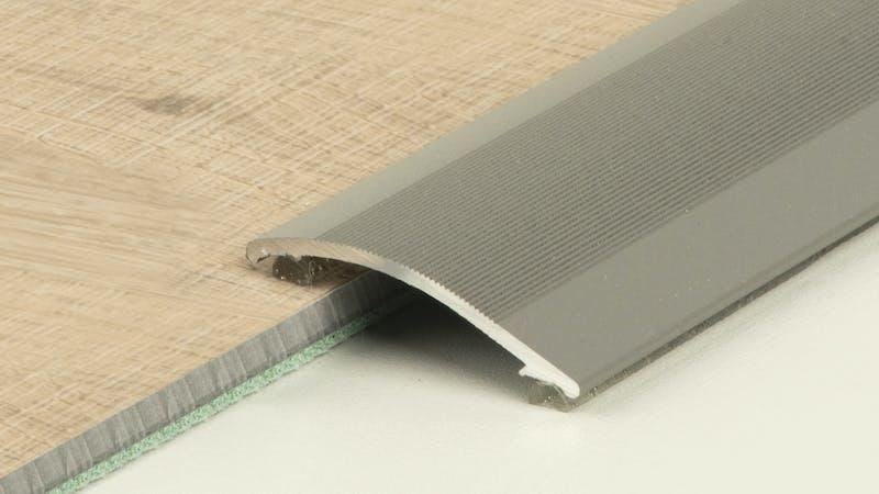 Anpassungsprofil selbstklebend - Grau Metallic - 38 mm x 100 cm Produktbild Schlafzimmer - Urban zoom