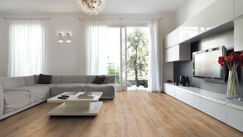 Laminat BoDomo Exquisit Roble Verano Miel Produktbild Wohnzimmer - Urban mit Wohnwand zoom