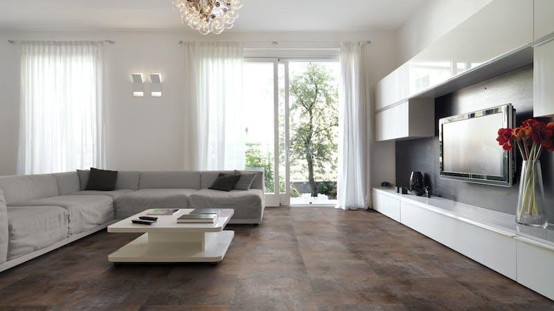 Rigid-Vinyl mit integrierter Dämmung CoreTec Megastone Jura Produktbild Wohnzimmer - Urban mit Wohnwand zoom