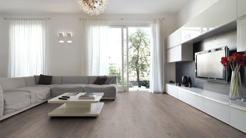 Laminat BoDomo Klassik Tajo Eiche Grau Produktbild Wohnzimmer - Urban mit Wohnwand zoom