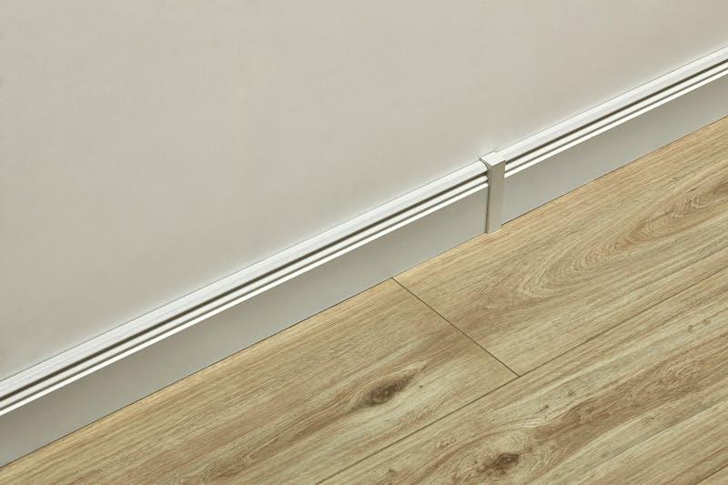 Universeller Fußleistenabschluss Weiß - Höhe 61 mm Produktbild Musterfläche von oben grade zoom